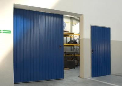 Niebieska brama przemysłowa przesuwana